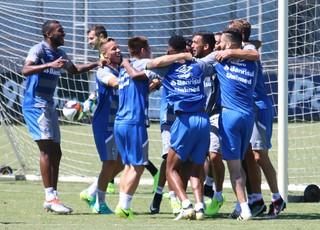 comemoração Grêmio treino descontraído (Foto: Eduardo Moura/GloboEsporte.com)