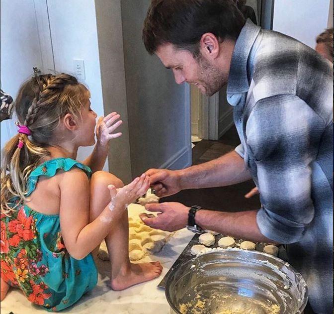 Filha de Gisele Bundchen, a pequena Vivian e o pai, o jogador Tom Brady fazem biscoitos (Foto: Reprodução Instagram)