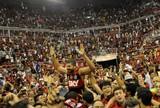 Eufórica com o título, torcida do Fla invade a quadra da Arena após vitória