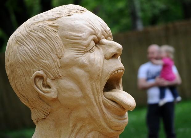 Obra 'Striking Heads' de Ray Villafane é vista em exposição na Alemanha (Foto: Daniel Bockwoldt/AFP)