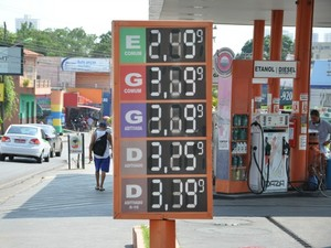 Posto em Cuiabá anuncia litro de etanol a R$ 2,49 nesta quinta-feira (12) (Foto: Amanda Sampaio/G1)
