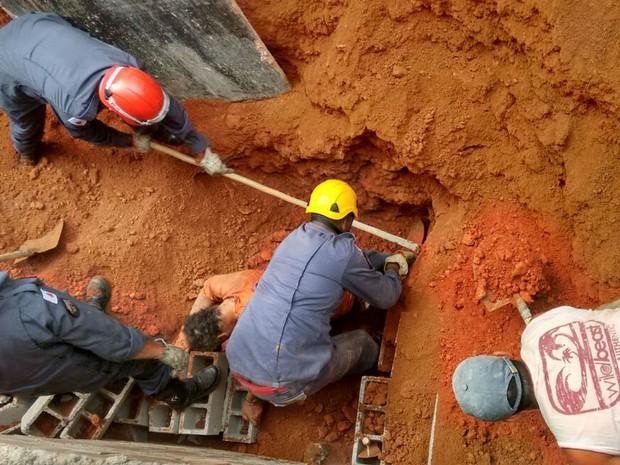 Operario parcialmente soterrado em Juiz de Fora (Foto: Bombeiros Juiz de Fora/Divulgação)