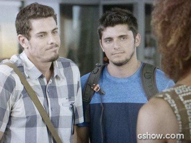 Murilo revela para André e Dulce que está solteiro (Foto: Em Família/TV Globo)