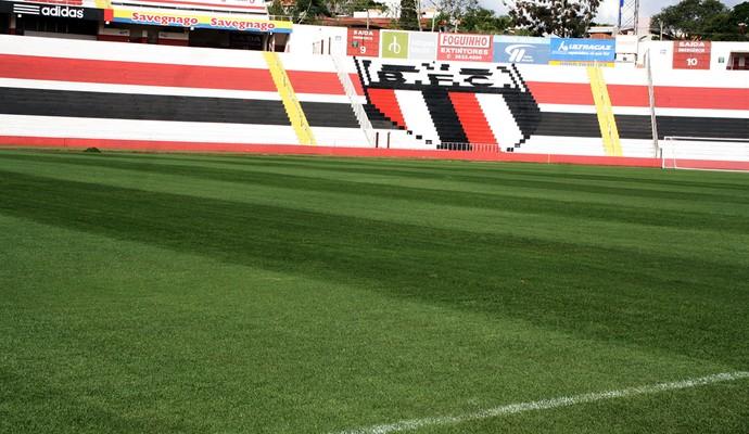 Gramado do estádio Santa Cruz tem prazo de validade: julho (Foto: Cleber Akamine)
