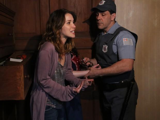 Laura tenta se explicar diante dos policiais (Foto: Maria Clara Lima/ Gshow)