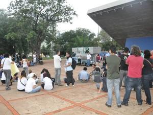 Manifestantes fazem assembleia popular em Campo Grande (Foto: Fabiano Arruda/G1 MS)