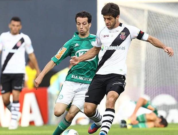 Juninho é marcado por Cicinho durante Vasco x Palmeiras (Foto: Marcelo Sadio/vasco.com.br)