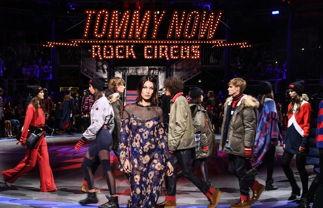 LONDON, ENGLAND - SEPTEMBER 19:  Bella Hadid (C) and models walk the runway at the Tommy Hilfiger TOMMYNOW Fall 2017 Show during London Fashion Week September 2017 at the Roundhouse on September 19, 2017 in London, England.  (Photo by Ian Gavan/Getty Imag (Foto: Getty Images for Tommy Hilfiger)