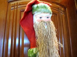 Primeiro Papai Noel da coleção da aposentada. Hoje ela conta com mais de 300. (Foto: Mariane Rossi/G1)