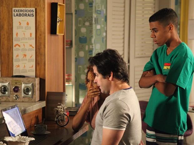 Os três ficam chocados ao ver que é Davi na imagem (Foto: Carol Caminha/Gshow)