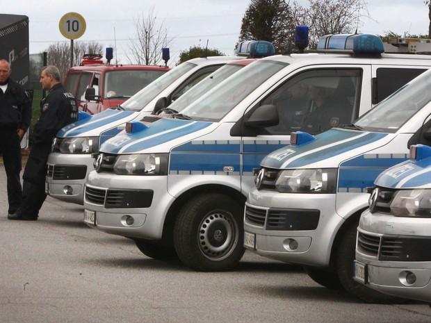Carros da polícia são vistos em Aachen, na Alemanha, nesta terça-feira (17) após a prisão de suspeitos em operação ligada aos ataques terroristas de Paris (Foto: Ralf Roeger/dpa via AP)