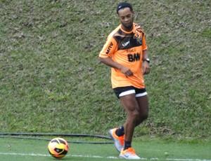 Ronaldinho Gaucho treinando no ct do Atletico Mg (Foto: Léo Simonini)