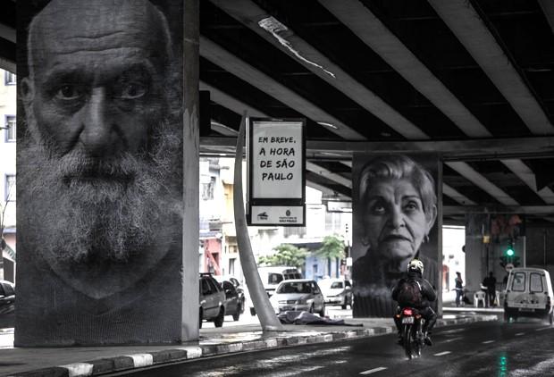 Retratos gigantes de moradores da região do Minhocão foram colados nos pilares do elevado (Foto: Danilo Verpa/Folhapress)