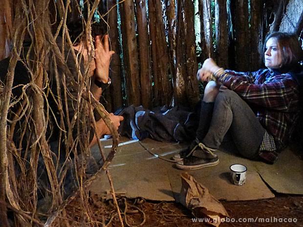 BEM FEITO! Pra se vingar, a Lia dá uma cusparada na cara do bandido! (Foto: Malhação / Tv Globo)