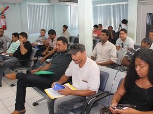 Pessoas aguardam atendimento na gerência do Ministério do Trabalho para dar entrada no seguro-desemprego. (Foto: Juliane Peixinho/G1)