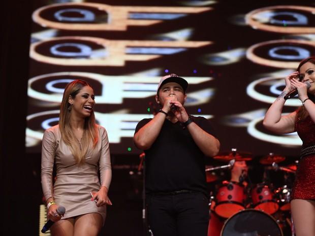 Lexa com Xand e Solange Almeida, do Aviões do Forró, em show na Zona Oeste do Rio (Foto: Nara Fassi/ Divulgação)