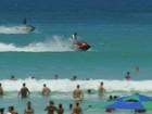 Motos aquáticas passam perto de banhistas na Praia do Forte
