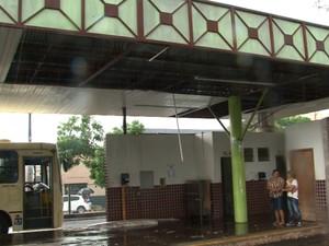 Parte do forro do terminal urbano de Cianorte ficou destruído após chuva forte (Foto: Reprodução RPC)