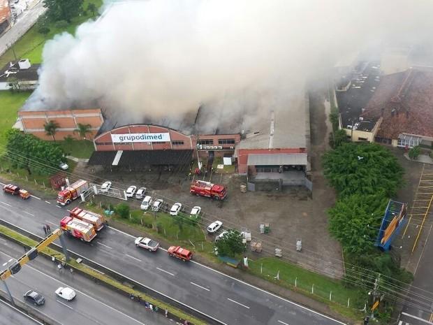 Às 8h40, bombeiros já faziam o rescaldo  (Foto: Corpo de Bombeiros/Divulgação)