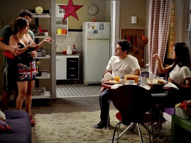 Roni e Suelen não gostam nadinha de ver Berverly em sua casa (Foto: Avenida Brasil/TV Globo)