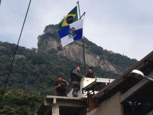 Bandeira é hasteada no alto da comunidade Cerro-Corá, no Cosme Velho (Foto: Mariucha Machado / G1)