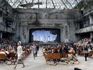 """CHANEL No cenário de um teatro em ruínas, a coleção de inverno da Chanel foi apresentada com os olhos voltados ao Oriente. """"O futuro está na Ásia"""", diz o estilista Karl Lagerfeld  (Foto: Pascal Le Segretain/Getty Images)"""