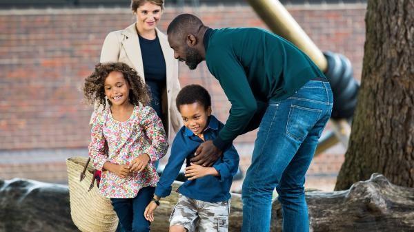 Os personagens de Idris Elba e Gemma Arterton com as filhas no filme '100 Streets' (Foto: Divulgação)
