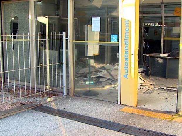 Agência ficou completamente danificada após explosão (Foto: Paulo Souza/EPTV)