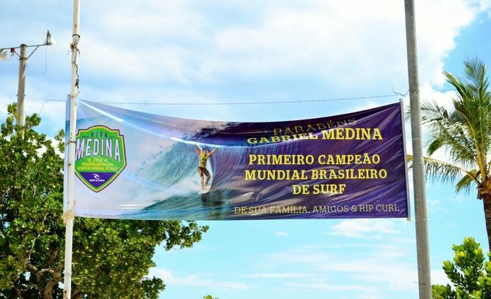 Gabriel Medina faixa comemorativa em Maresias (Foto: Danilo Sardinha/GloboEsporte.com)