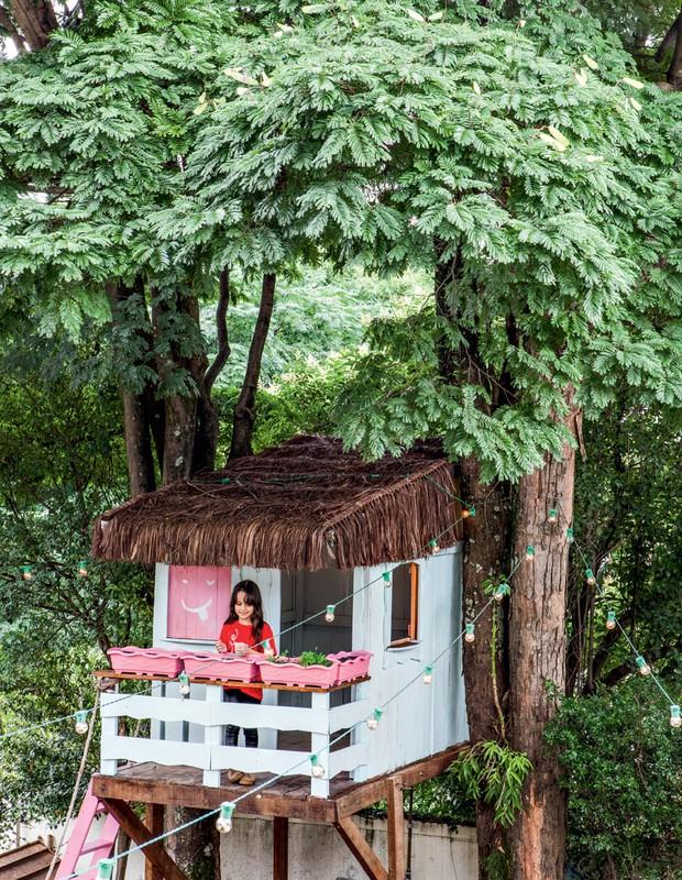 Quando Clara fez 7 anos, ganhou esta casa na árvore, cercada por luzinhas, que traz a magia gostosa de ser criança em um ambiente leve e artístico como este (Foto: Lufe Gomes/Life by Lufe)