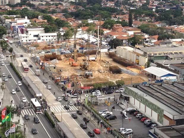 Acidente aconteceu no canteiro de futura estação da linha 5-Lilás em Moema (Foto: Bruna Ramon Fabregat/VC no G1)