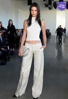 Look do dia: Kendal Jenner aposta em visual branco na semana de moda