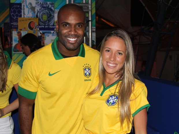 Rafael Zulu e a namorada, Erys Martins, em festa no Rio (Foto: Magrão Fotógráfo/ Divulgação)
