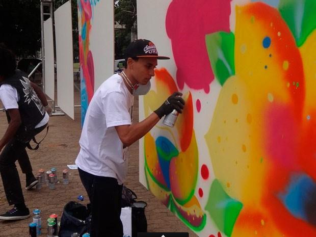 Grafiteiros mostram sua arte e fazem oficinas com o público (Foto: Luiza Carneiro/G1)