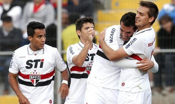 Jogadores comemoram gol na primeira partida contra o Universidad (Foto: Agência EFE / Reprodução: Globoesporte.com)