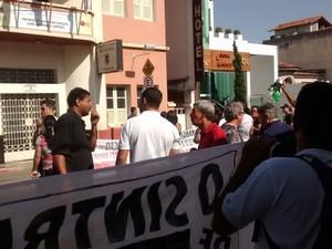 Trabalhadores fizeram manifestação em frente à prefeitura de Formiga (Foto: Sintramfor/Divulgação)