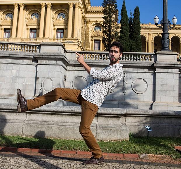 Gabriel Godoy posa em frente ao Museu do Ipiranga. O ator veste calça 7far All Mankind, bota Passarela  e camisa Kingster  (Foto: Flare Fotografia/Editora Globo)