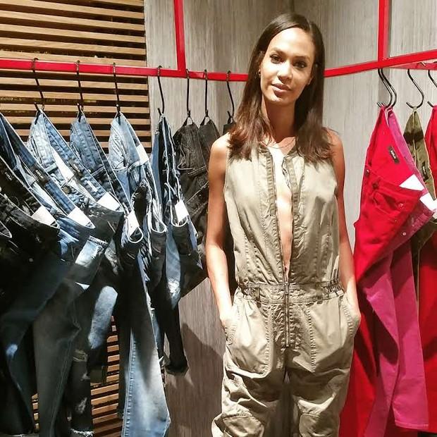 """Em São Paulo, Joan Smalls elogio o país e confessa: """"mal consigo contar, tenho mais de 200 pares de jeans!"""" (Foto: Guga Santos)"""