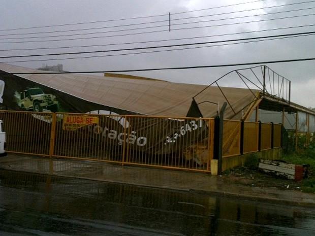 Forte chuva derrubou telhado de loja de automóveis na Avenida Belo Horizonte, Zona Centro-Sul de Manaus (Foto: Patrick Motta/Rádio Amazonas FM)