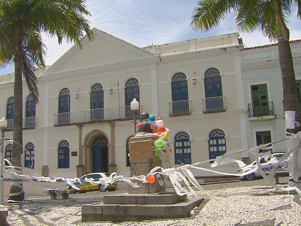 Grupo 'decorou' frente da Prefeitura de Olinda com papel higiênico (Foto: Reprodução / TV Globo)