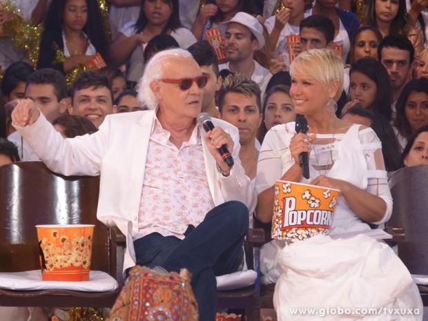 Ney e Xuxa conversam enquanto comem pipoca quentinha (Foto: TV Xuxa / TV Globo)