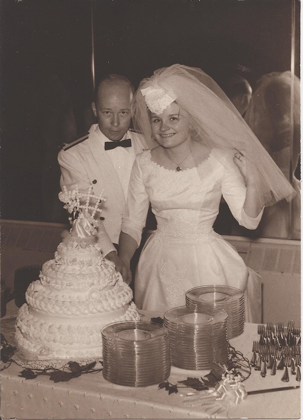 DAVID E JONNI PETTIT EM SEU CASAMENTO, EM 1966 (Foto: Reprodução Marie Claire US)