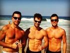 Lucas Malvacini, o Anjinho de 'Amor à vida', vai à praia em dia de folga
