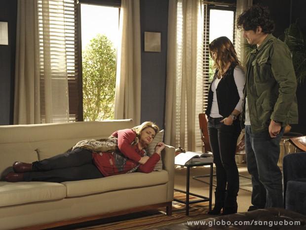 A mãe de Bárbara apaga depois de tanta confusão (Foto: Sangue Bom/TV Globo)