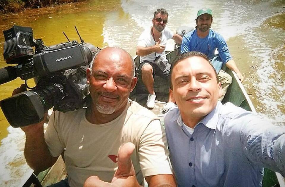 O repórter André Falcão e o cinegrafista Fernando Estevão percorreram o rio (Foto: Divulgação/ TV Gazeta)