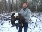 Irmãos resgatam águia de armadilha no Canadá; veja
