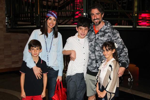 Suzana Gullo, Marcos Mion e os filhos e o sobrinho (Foto: Manuela Scarpa/Brazil News)