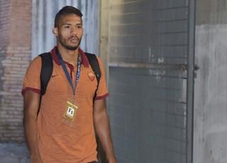 Juan Jesus chega para jogo do Roma (Foto: Reprodução de Twitter)
