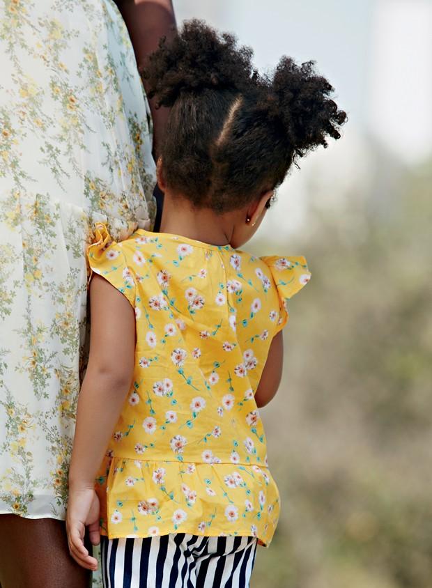 Sua filha se esconde atrás de você quando falam com ela? (Foto: Editora Globo / Raquel Espírito Santo)