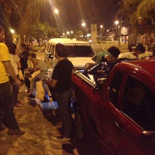 A equipe também ditribuiu lanches para animais de rua  (Foto: Divulgação)